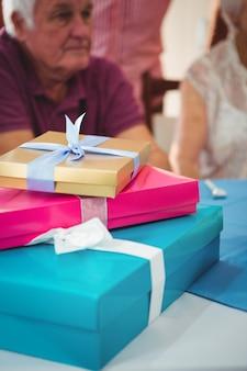 Nahaufnahme von drei bunten geschenken