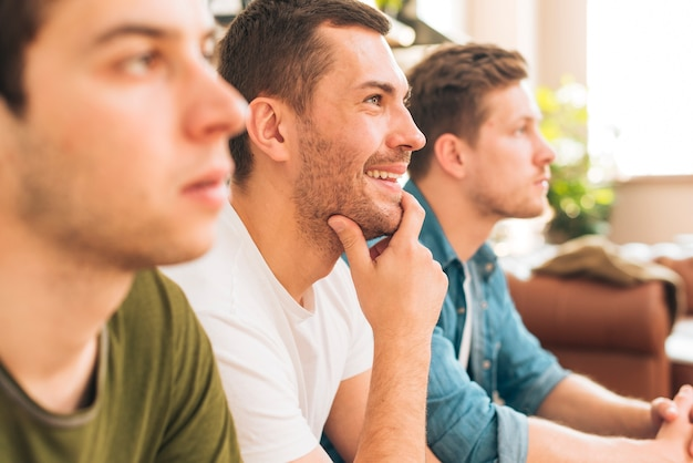 Nahaufnahme von drei männlichen freunden zu hause