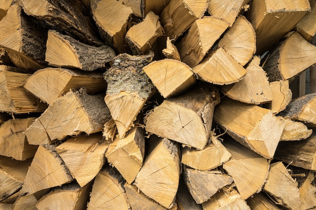 Nahaufnahme von eichen- und buchenbrennholz übereinander gestapelt