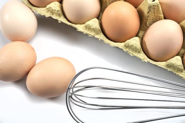 Nahaufnahme von eiern im cartoon auf weißem hintergrund. rohe hühnereier in eierkarton bio-lebensmittel für eine gute gesundheit mit hohem proteingehalt.