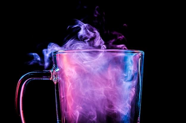 Nahaufnahme von einem transparenten glas mit einer wolke