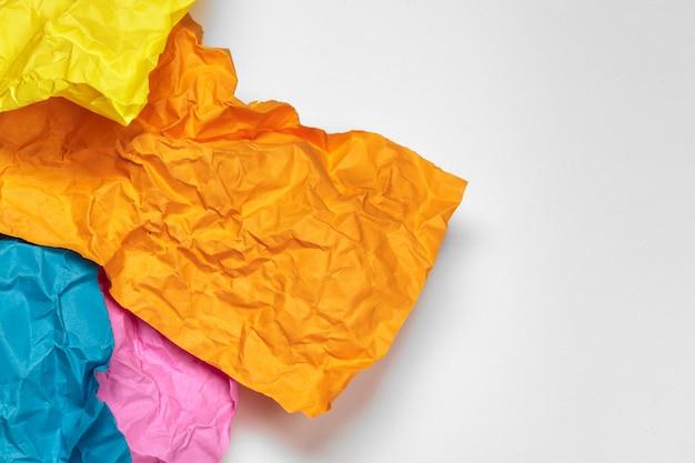 Nahaufnahme von einem zerknitterten papier mit gewelltem rand