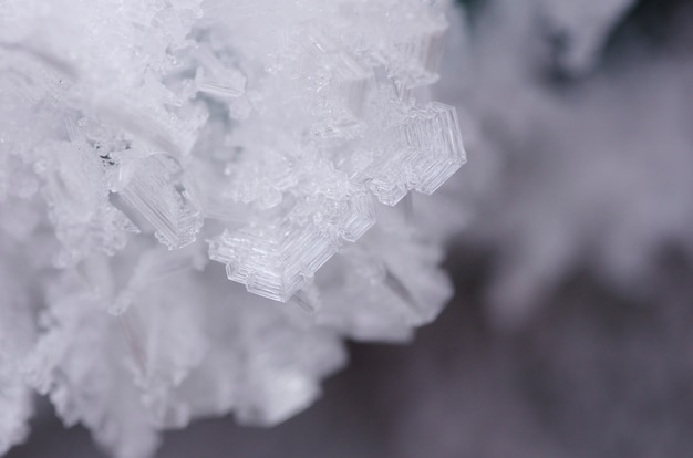 Nahaufnahme von eiskristallen, die stachelige ornamente bilden