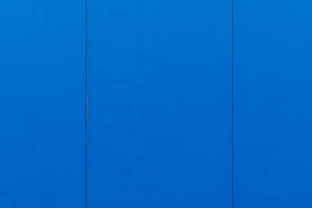 Nahaufnahme von elektrischen blauen vertikalen fliesen auf glatter oberfläche, desktop oder äußerem