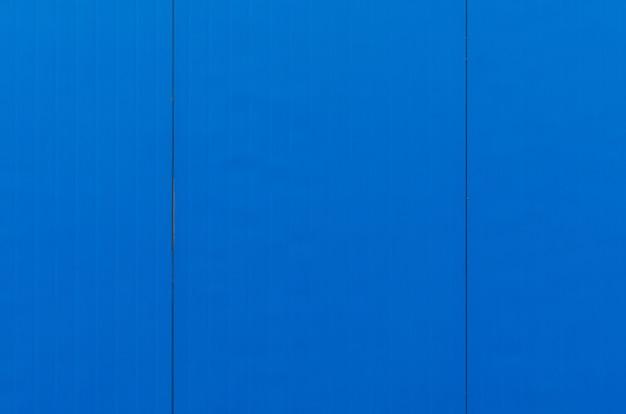 Nahaufnahme von elektrischen blauen vertikalen fliesen auf glatter oberfläche, desktop oder außendesign