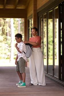 Nahaufnahme von eltern, die ihr kind auf die schule vorbereiten