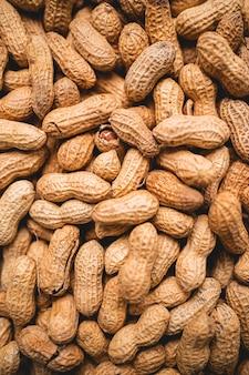 Nahaufnahme von erdnüssen in der schale essen hintergrund ansicht von oben