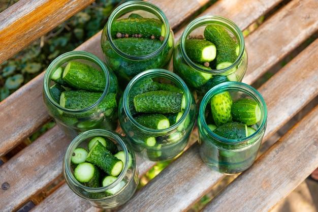Nahaufnahme von essiggurken in einem glas, vorbereitung von gurken zur konservierung, vorbereitungen für den winter.