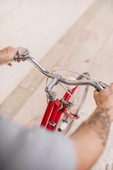 Nahaufnahme von fahrradring und -griff