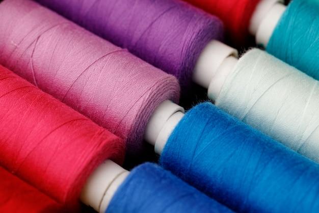 Nahaufnahme von farbigen gewindespulen gewindespulen