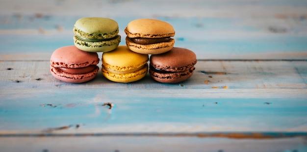 Nahaufnahme von farbigen und leckeren handgemachten macarones-kuchen