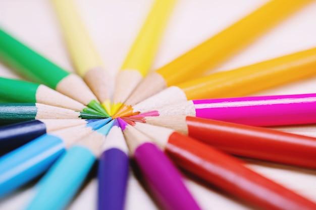 Nahaufnahme von farbstiften stapeln bleistiftspitzenfedern auf den schreibtisch aus holz Premium Fotos