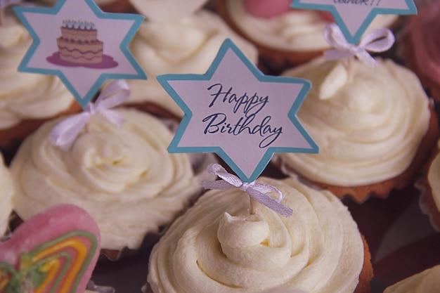 Nahaufnahme von festlichen cupcakes für eine geburtstagsfeier. fotografie von desserts und süßigkeiten. festliches konzept.