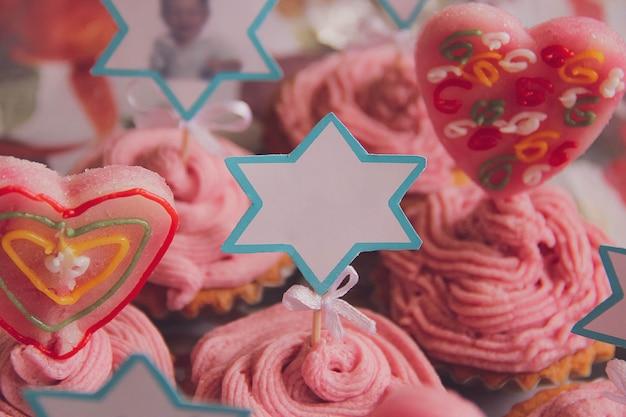 Nahaufnahme von festlichen cupcakes für eine kindergeburtstagsfeier. platz für text. fotografie von desserts und süßigkeiten. festliches konzept.