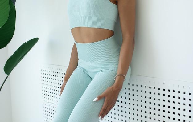 Nahaufnahme von fit schwarzen frauentorso frau mit geballter faust und perfektem bauchmuskel