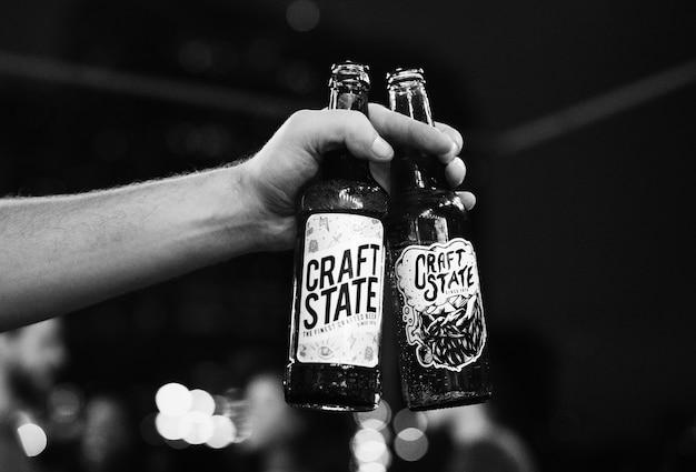 Nahaufnahme von flaschen craft biere