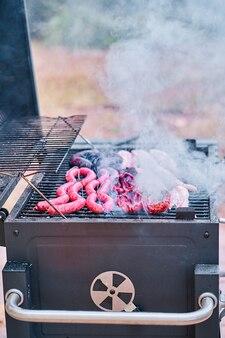 Nahaufnahme von fleisch auf dem grill im hinterhof des hauses
