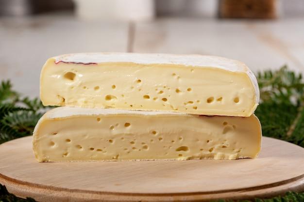 Nahaufnahme von französischem käse reblochon, savoie-produkt