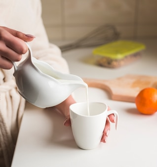 Nahaufnahme von frau frühstück vorbereiten