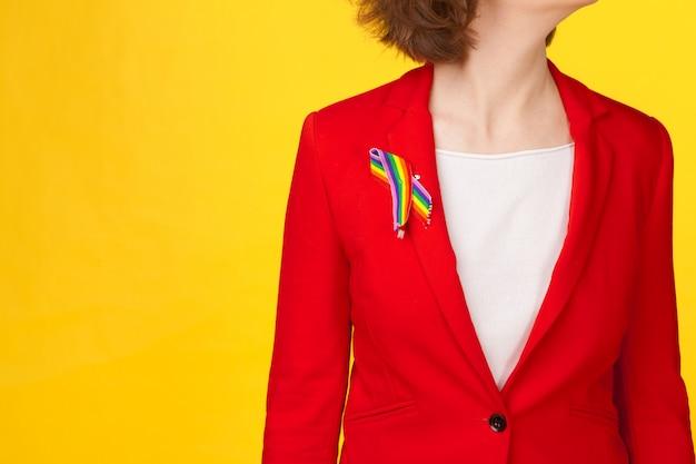 Nahaufnahme von frau trägt gay pride bewusstseinsband auf der brust