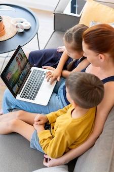 Nahaufnahme von frau und kindern mit laptop
