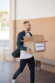 Nahaufnahme von freiwilligen, die spenden sammeln