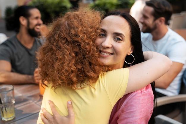 Nahaufnahme von freunden, die sich umarmen