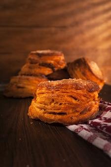 Nahaufnahme von frisch gebackenem hausgemachtem kolumbianischem gebäck auf dem tisch