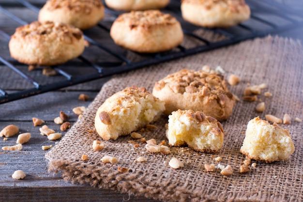 Nahaufnahme von frisch gebackenen keksen aus einem ofen