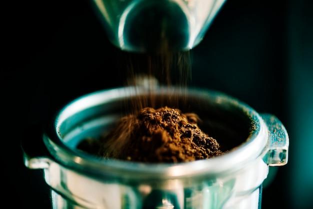 Nahaufnahme von frisch gemahlenem kaffee