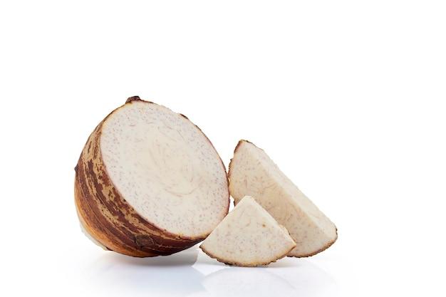 Nahaufnahme von frisch geschnitten von taro isoliert, vorderansicht, schnittpfad