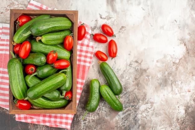 Nahaufnahme von frischem gemüse für die zubereitung des abendessens auf dem tisch