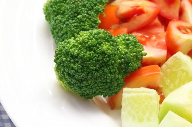 Nahaufnahme von frischem salat mit brokkoli auf teller