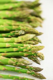 Nahaufnahme von frischem spargel. sauberes und gesundes essenkonzept. makrobeschaffenheit des spargels. tiefenschärfe.