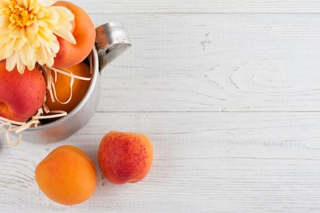 Nahaufnahme von frischen aprikosen im zinnbecher
