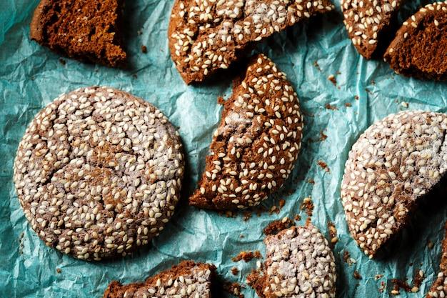 Nahaufnahme von frischen gebackenen schokoladenplätzchen