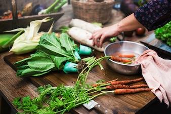 Nahaufnahme von frischen Karotten in der Wasserschüssel
