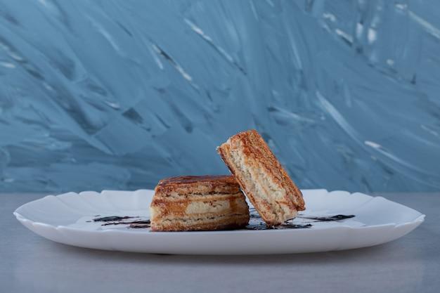 Nahaufnahme von frischen keksen mit schokoladensauce