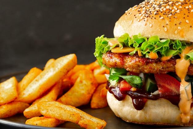 Nahaufnahme von frischen leckeren chicken burger mit pommes frites