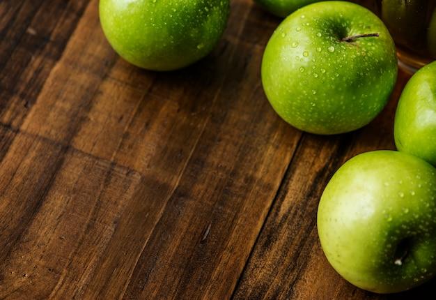 Nahaufnahme von frischen organischen grünen äpfeln