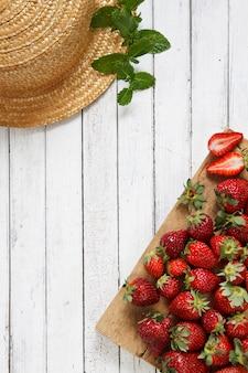 Nahaufnahme von frischen roten erdbeeren auf hölzernem brett