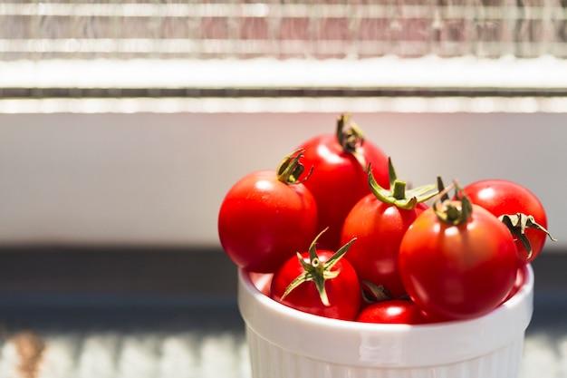 Nahaufnahme von frischen roten kirschtomaten im behälter