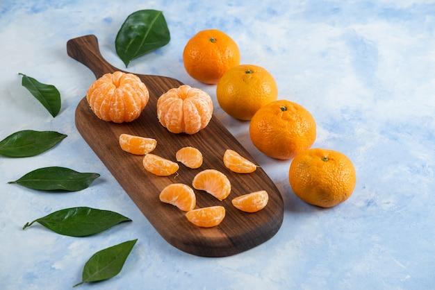 Nahaufnahme von frischen saftigen mandarinen mit blättern
