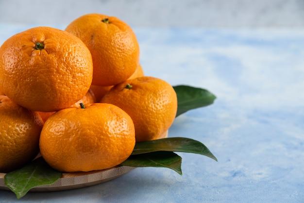 Nahaufnahme von frischer mandarine und blättern