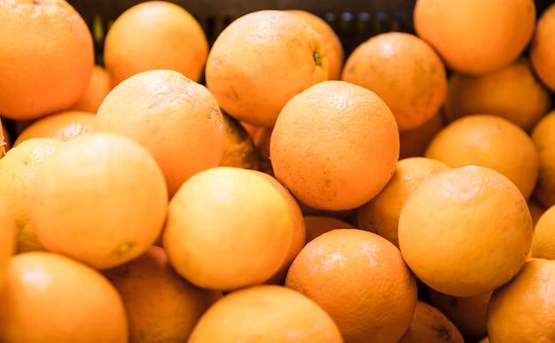 Nahaufnahme von früchten der japanischen orange für verkauf am obstmarkt