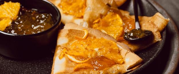 Nahaufnahme von frühstücks-crepes mit marmelade