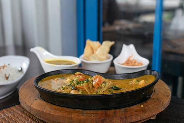 Nahaufnahme von garnelen curry in einer pfanne