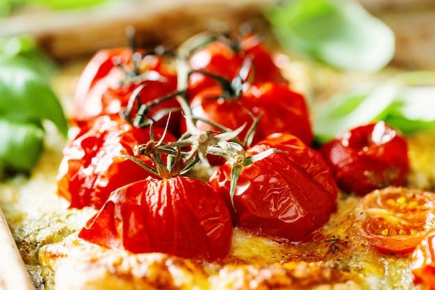 Nahaufnahme von gebackenen tomaten auf torte