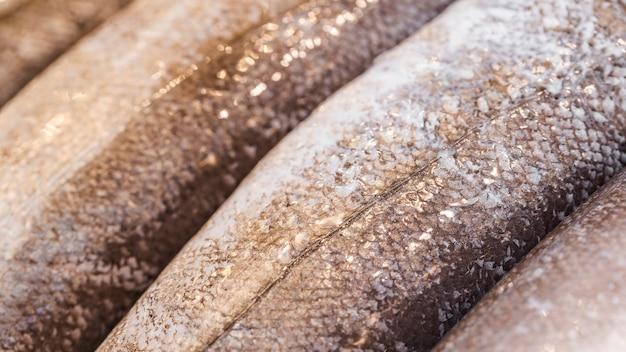 Nahaufnahme von gefrorenen fischen im shop