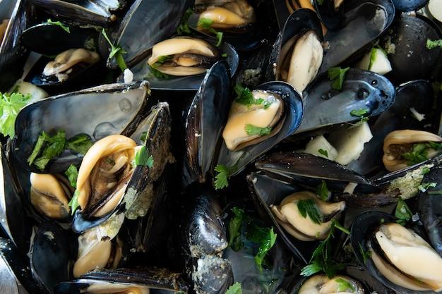 Nahaufnahme von gekochten köstlichen schwarzen muscheln gesundes ernährungskonzept proteinreiche nahrung